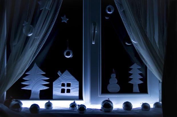 Украшение окна подсвеченными панорамами из бумаги