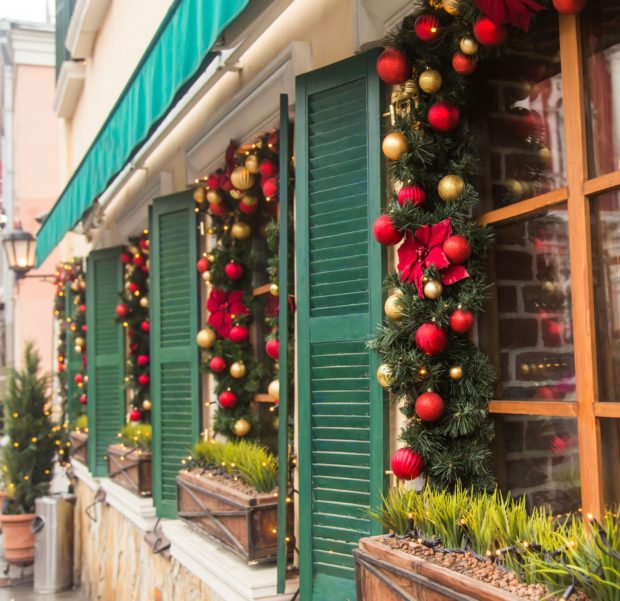 Окно украшенное елочными шарами