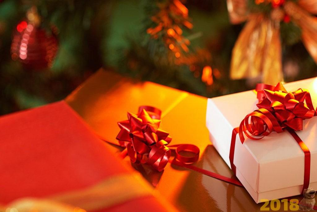 Новогодние игры для детей на Новый год 2019 - подарки под елкой