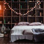 Интерьер спальни с гирляндой