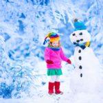 Обои на рабочий стол - девочка и снеговик