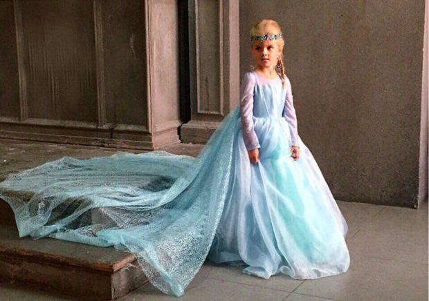 красивые новогодние платья для девочек 2019-2020: с шлейфом голубое