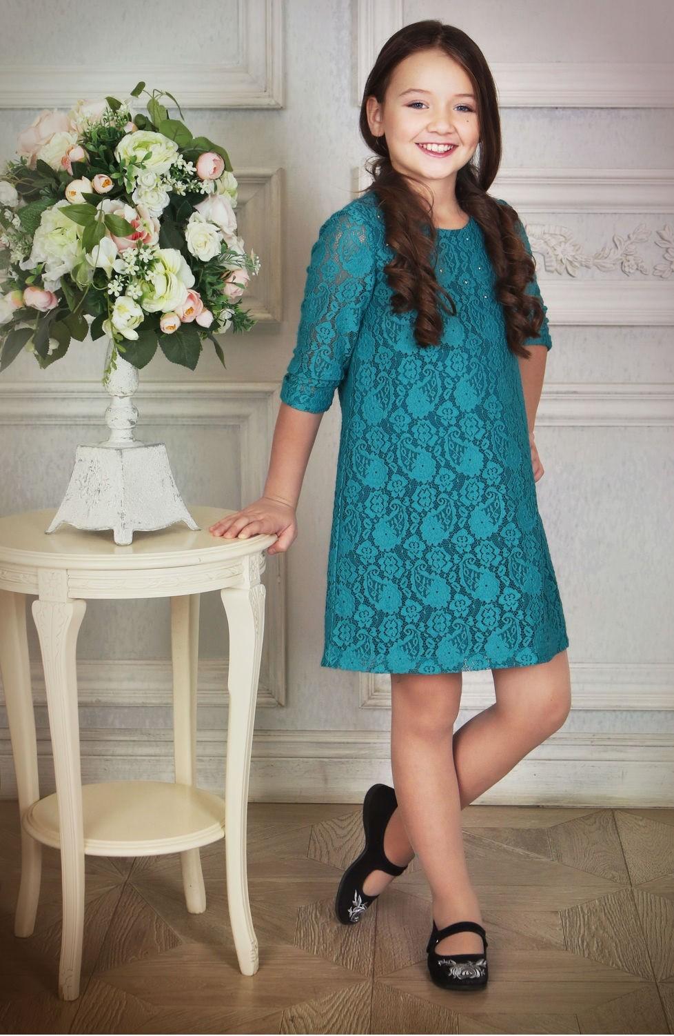 красивые новогодние платья для девочек 2019-2020: платье трапеция кружева бирюзовые