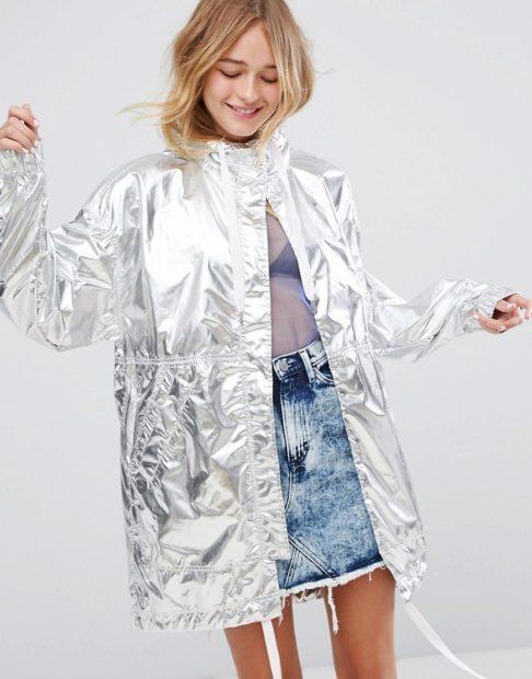 модная осень 2019-2020 плащ серебристого цвета под юбку