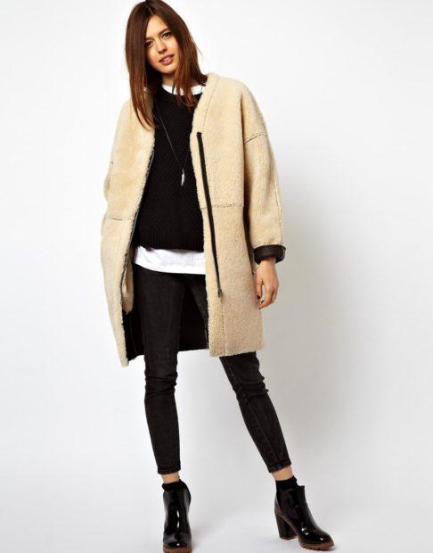 модная осень 2019-2020 пальто мехом наружу бежевое