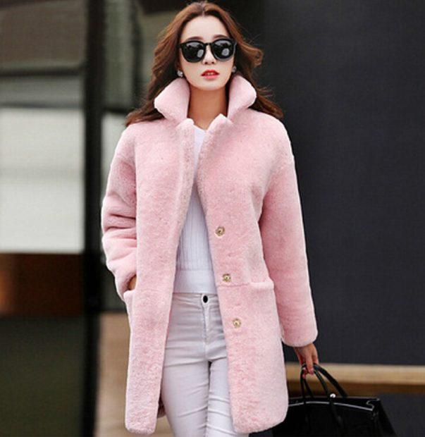 модная осень 2019-2020 пальто мехом наружу розовая