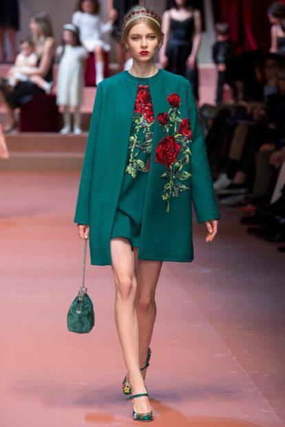 модная осень 2019-2020 пальто зеленое с розами