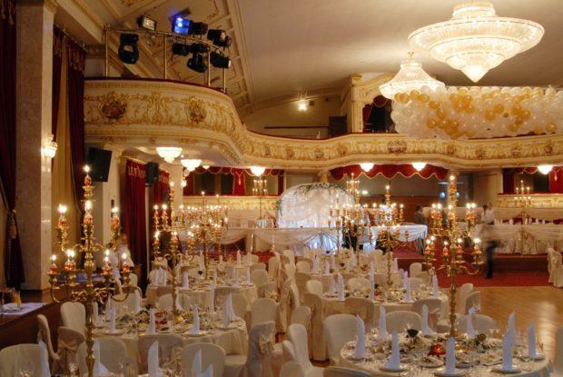 модная свадьба 2019 стиль ампир золото свечи