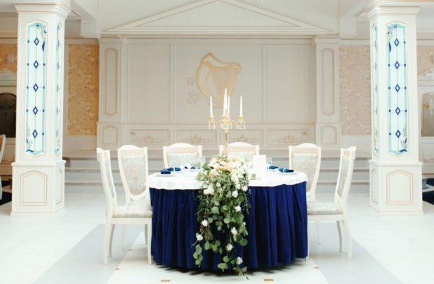 модные свадьбы 2019 стиль ампир синий стол свечи
