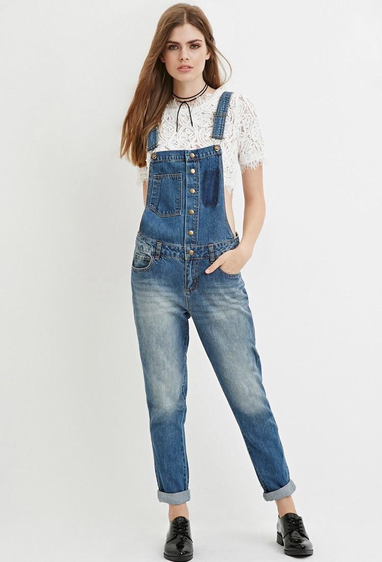 модные луки лето 2018: джинсовый комбинезон на пуговках