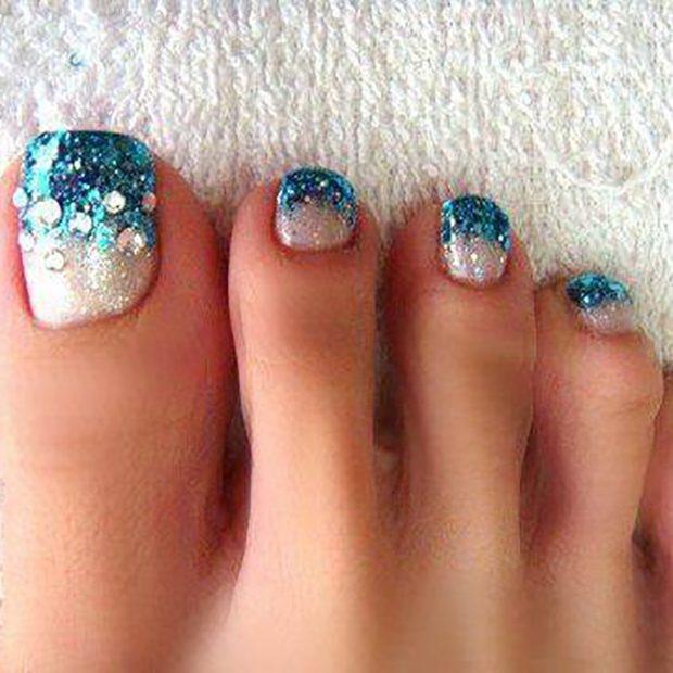 модный педикюр 2019-2020: голубые ногти с глиттером