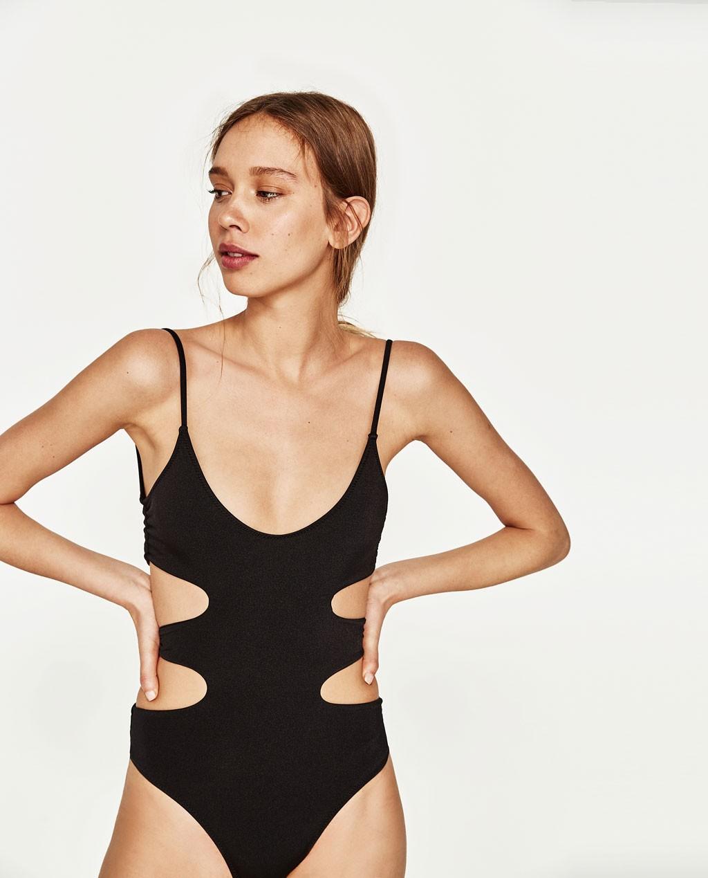 модные купальники 2019-2020: черный с боковым вырезом
