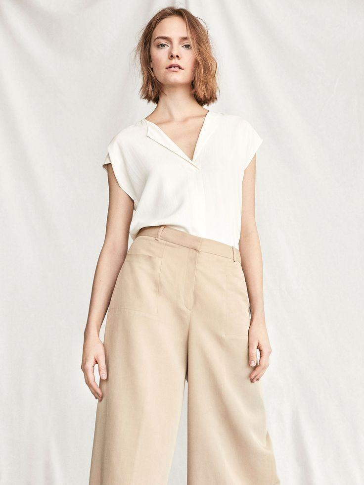 новогодний образ 2018: брюки бежевые широкие под блузку
