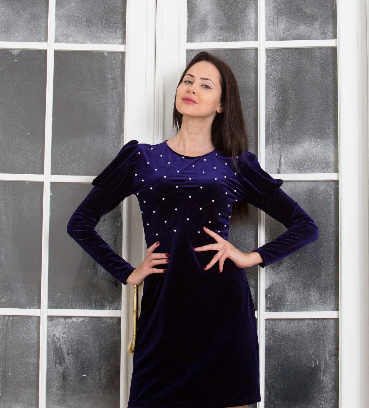 новогодние образы 2018: платье синее бархатное с жемчугом