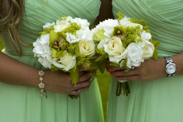Подружки невесты с зелеными свадебными букетами