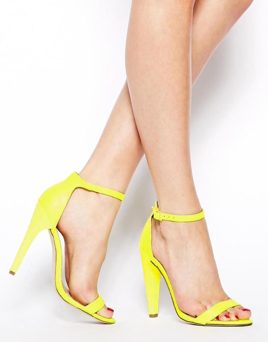 Что надеть на Новый год 2020: желтые босоножки на каблуке