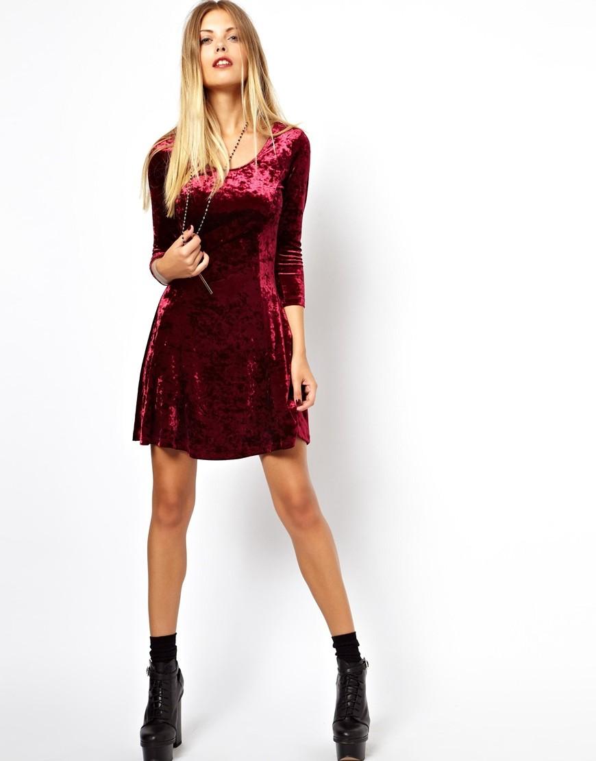 Что надеть на Новый год 2020: бордовое бархатное платье