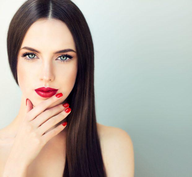 Красивая девушка брюнетка