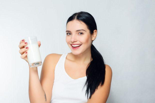 Красивая девушка с молоком