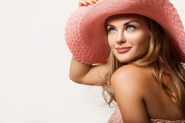 Красивая девушка в розовой шляпе