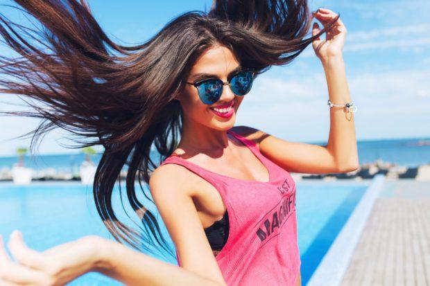 Красивая девушка в солнечных очках