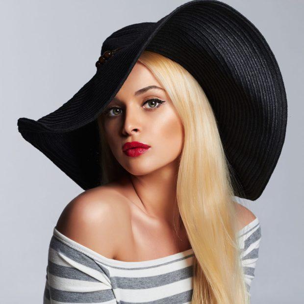 Красивая девушка в черной шляпе