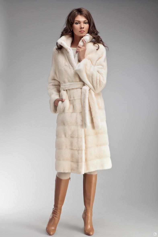 модная верхняя одежда: шуба белая под пояс