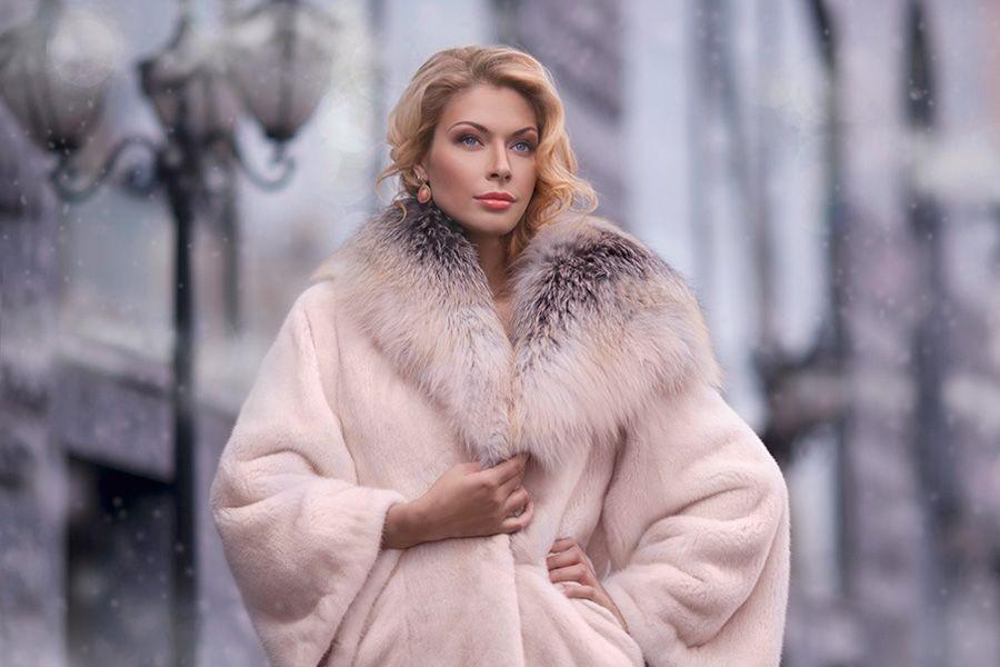 модная верхняя одежда: шуба с мехом бледно розовая