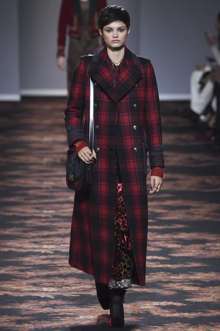модная весна 2019: пальто длинное черная клетка с красной