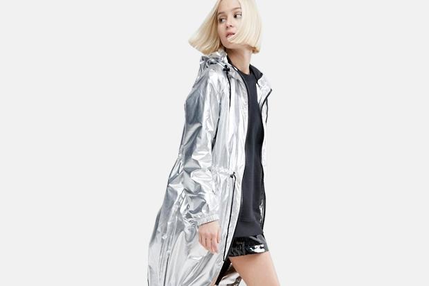 модная весна 2019: серебристый плащ