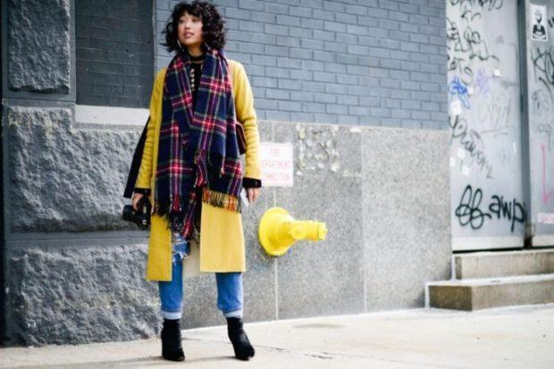 модная весна 2019: желтое пальто шарф клетка