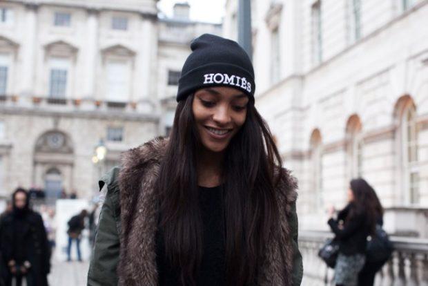 модная зима 2019-2020: шапка с надписями