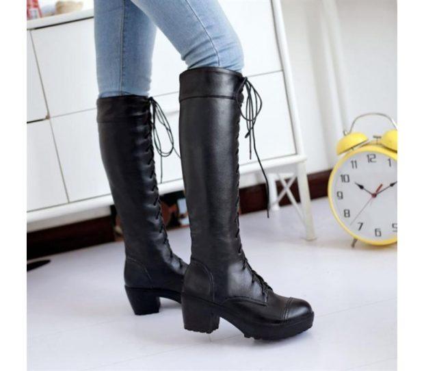 модная зима 2019-2020: сапоги высокие на шнуровке черные