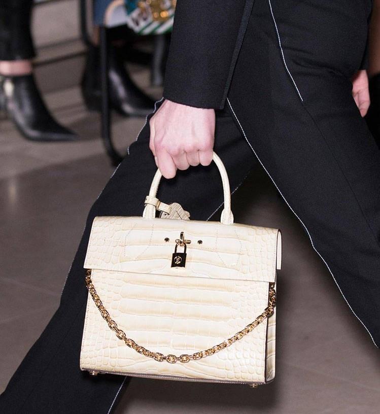 модная зима 2019-2020: сумка белая плотная короткий ремень