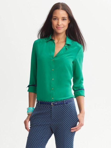 модные кофты 2019-2020: изумрудная рубашка под джинсы