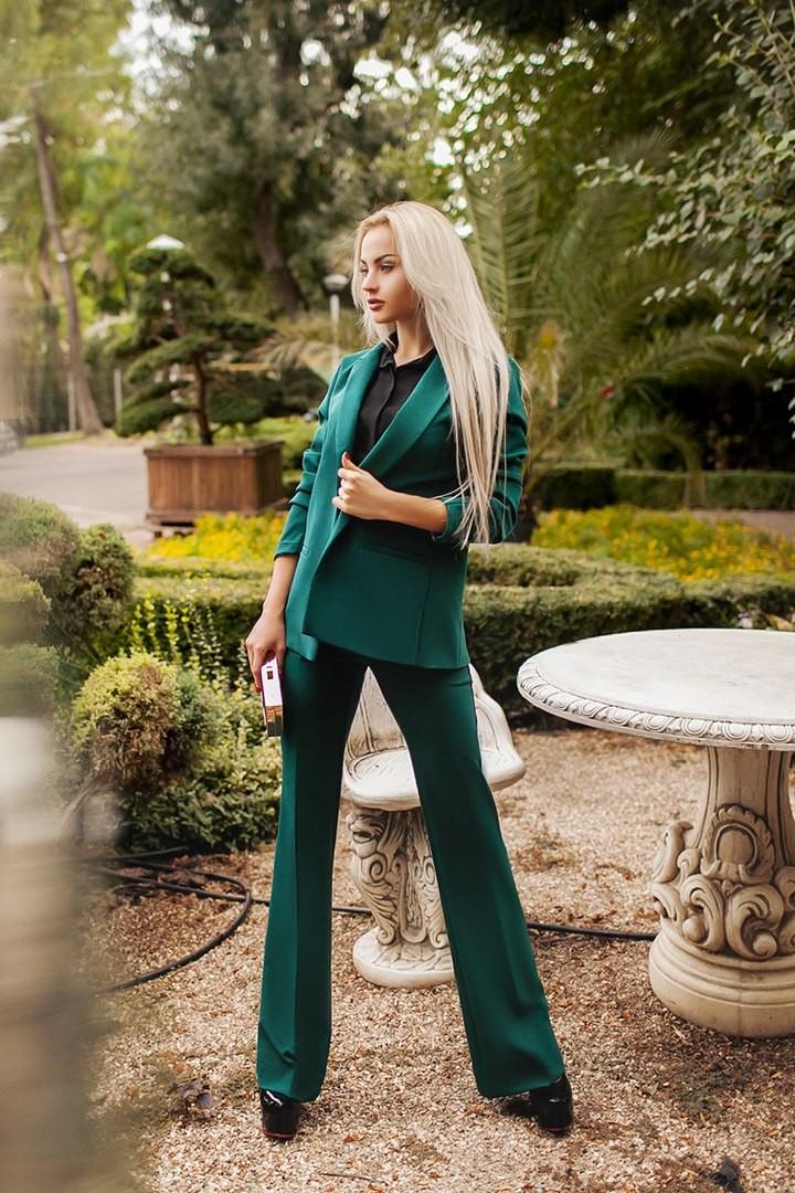 модные цвета лето 2019: костюмы изумрудный