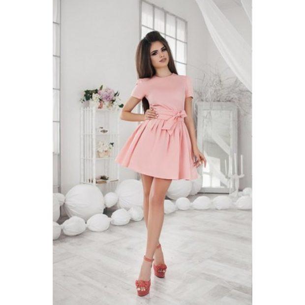 модные цвета лета 2019: розовое платье с поясом и бантом