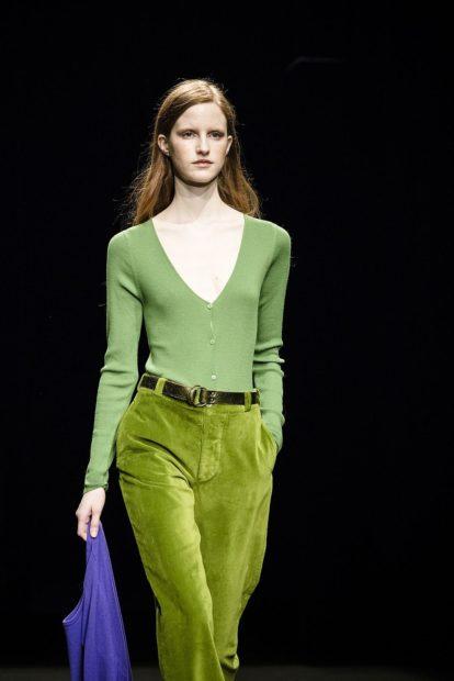 модные цвета лето 2019: зеленые штаны кофта