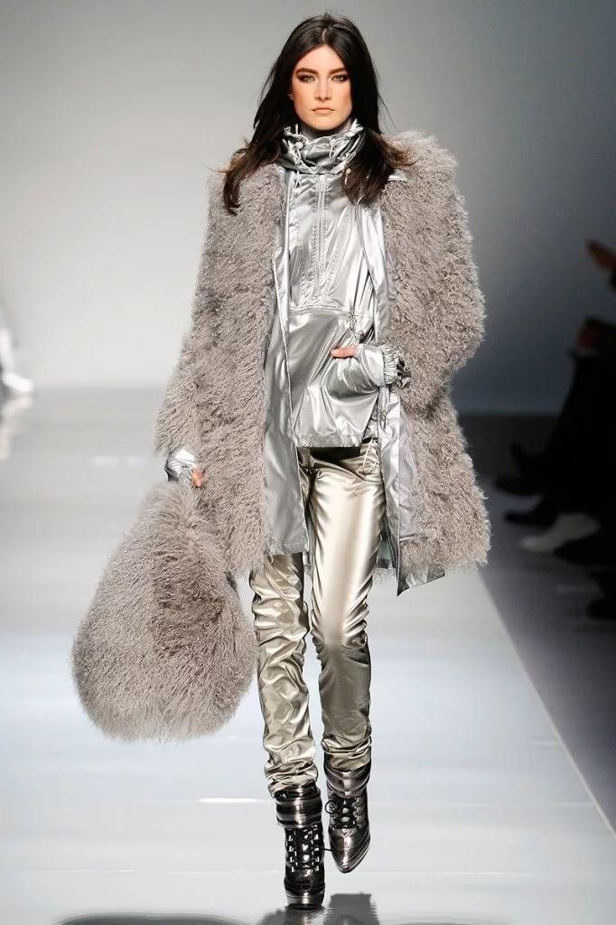 модные цвета осень 2019: серебристый костюм шуба