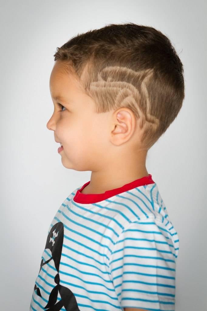 модные детские стрижки 2019-2020: стрижка для мальчика выбритый рисунок дельфин
