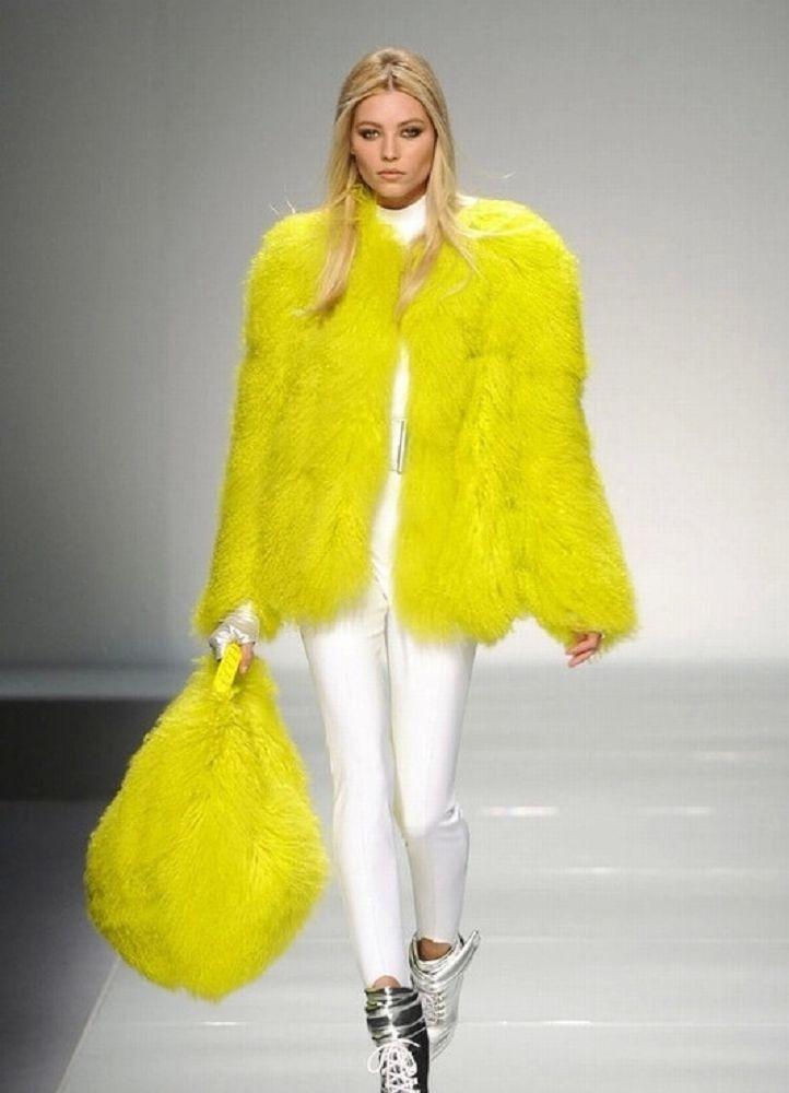 Модные женские шубы 2019-2020: желтая оверсайз