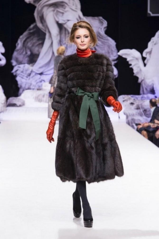 модные женские шубы 2019-2020: пальто меховое с поясом зеленым