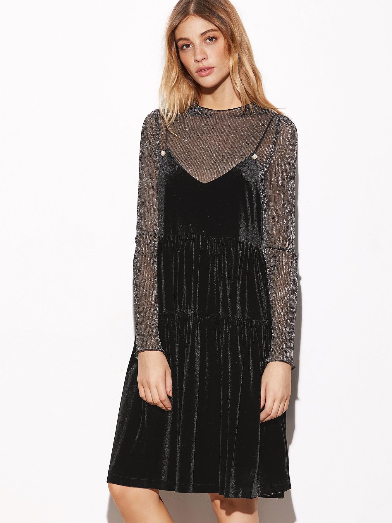 Модные женские платья сезона Осень-2018: сарафан бархатный черный поверх водолазки