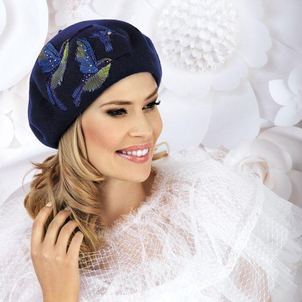 модные головные уборы 2019-2020: береты с рисунком синий