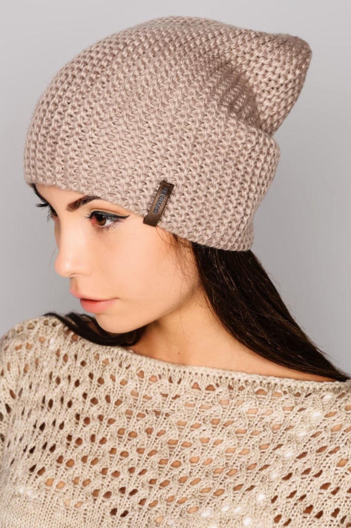 модные головные уборы 2018: шапка бини бежевая вязанная