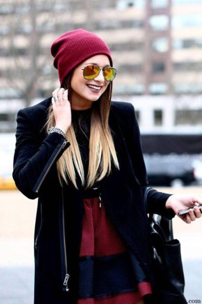 модные головные уборы 2019-2020: шапка бордовая вязанная
