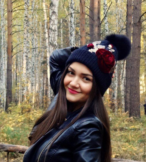 модные головные уборы 2019-2020: шапки с аппликациями с помпоном