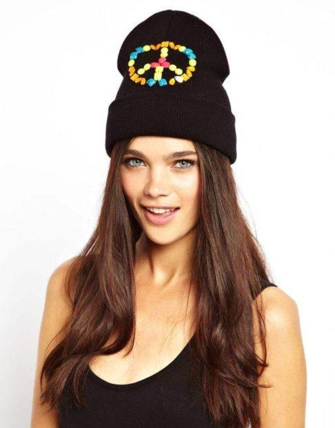 модные головные уборы 2019-2020: шапки с аппликациями черная оверсайз