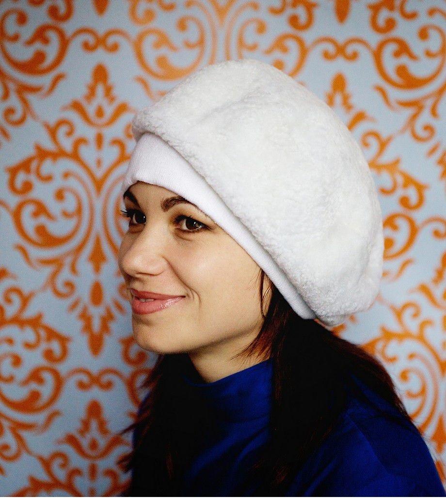 модные меховые шапки: белый берет из овчины