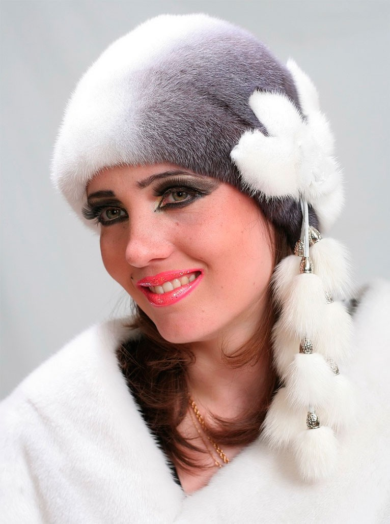 модные меховые шапки 2019-2020: серая с белым с висюльками